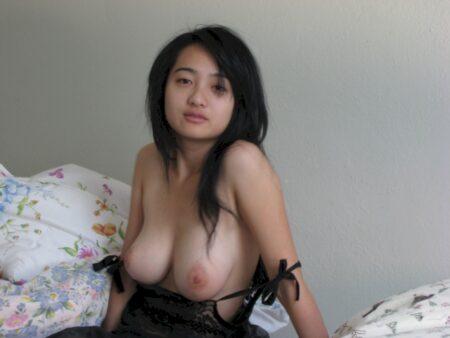 Belle femme asiatique qui est intéressée par un plan sexe