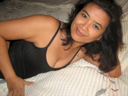 Belle femme asiatique sexy intéressée par un plan baise