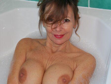 Très jolie femme cougar qui a besoin d'un plan q